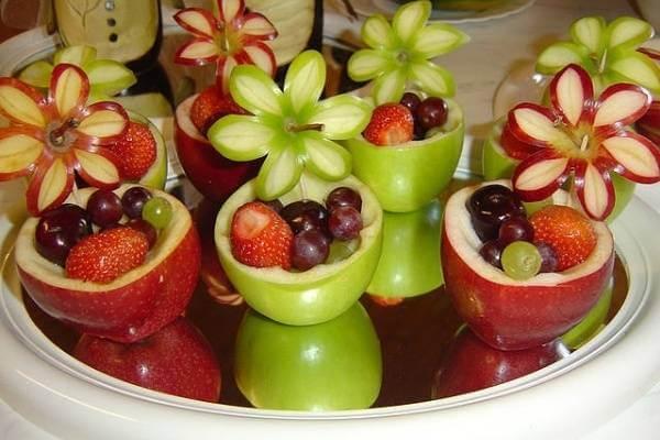 Nếu cầu kỳ hơn, bạn có thể tận dụng đầu của những trái táo và thân trái táo để tạo ra những giỏ hoa cực chất như thế này.