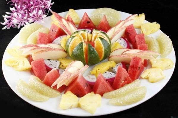 Ý tưởng tạo một bông hoa ở giữa với trái cam cũng là cách mà nhiều bạn gái khéo tay đã chọn khi trang trí dĩa trái cây tráng miệng cho cả nhà.