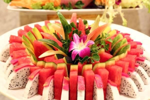 Những miếng dưa hấu xen xanh đỏ xen kẽ những miếng thanh long trắng hồng, chắc chắc sẽ tạo nên dĩa trái cây đầy sức hấp dẫn.