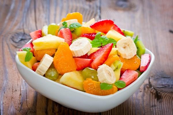 Mẹ nên tạo hứng thú bằng cách cho trẻ ăn các loại trái cây hay rau củ bất kì.