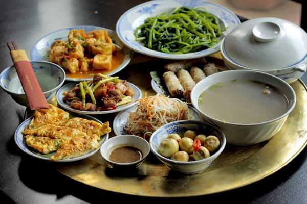 Người Việt có thói quen dọn sẵn thành mâm cỗ gia đình