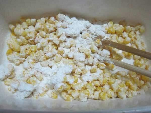 Trộn hỗn hợp bột làm bánh ngô chiên