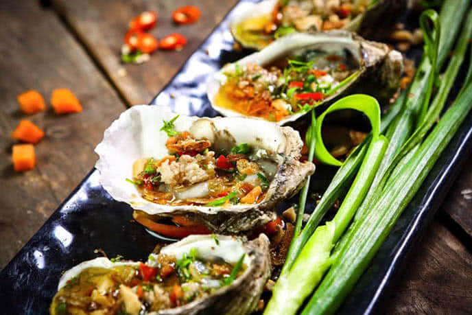 Hàu nướng mỡ hành - một trong các món ăn đặc sắc tại đây