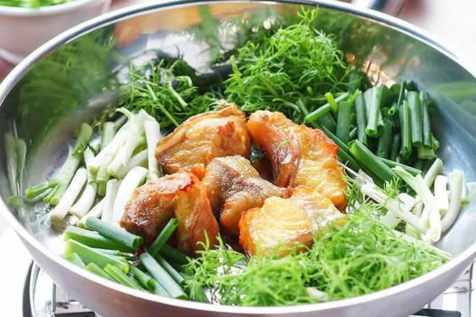 Chả cá được làm từ cá lăng, cho hương vị thơm ngon nguyên bản