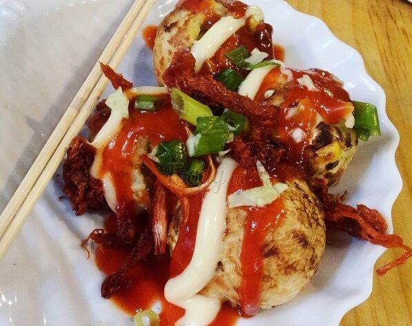 Với mức giá khá mềm chỉ từ 12k là bạn đã có một dĩa takoyaki tròn ủm