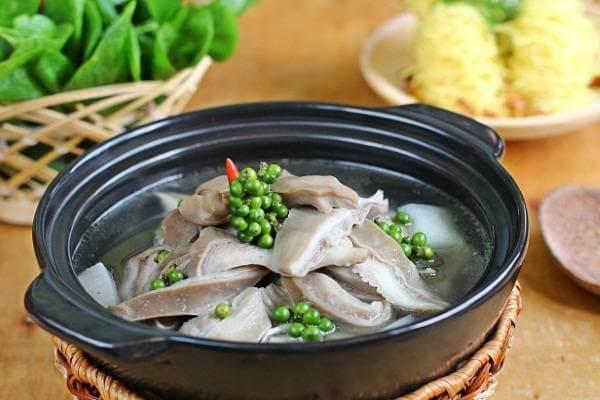 Món dạ dày hầm tiêu xanh dùng như món lẩu, ăn kèm với bún và rau mồng tơi.