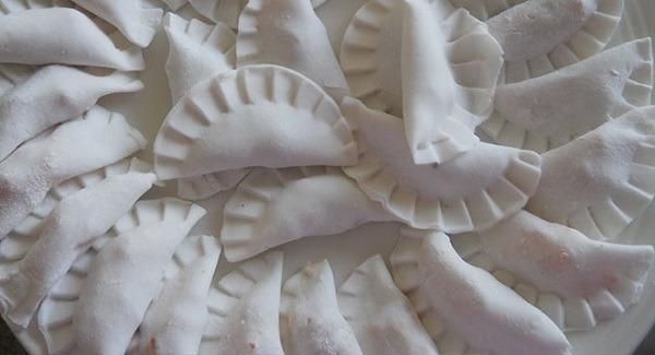 Nặn bánh bột lọc