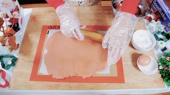 Cán bột ra cho thật mỏng chỉ dày khoảng 0,5 cm