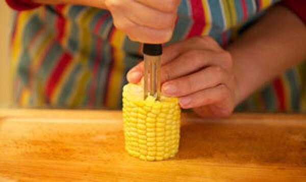 Thực hiện tách hạt ngô