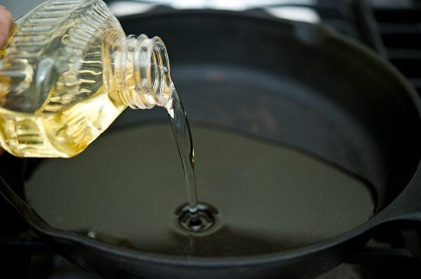 Đặt chảo lên bếp, cho vào chảo một lượng dầu vừa đủ