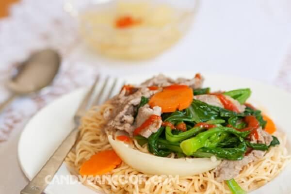 Các bạn có thể ăn kèm mỳ xào thịt bò với nước chấm chua ngọt và đủ đu xanh cho đỡ ngán nữa.