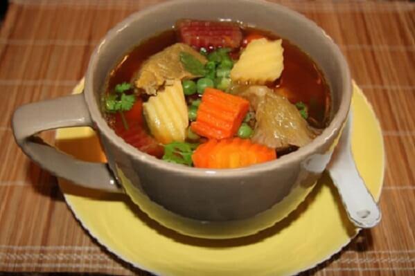 Múc món ăn ra tô, rắc tiêu lên và ăn khi còn nóng - 2 cách làm bò nấu đậu hà lan cà rốt, bắp bò hầm đậu trắng thơm ngon đơn giản tại nhà