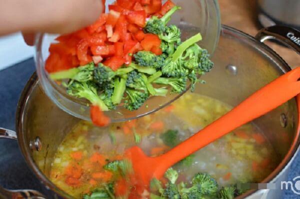 Thêm súp lơ, ớt chuông và hành lá vào