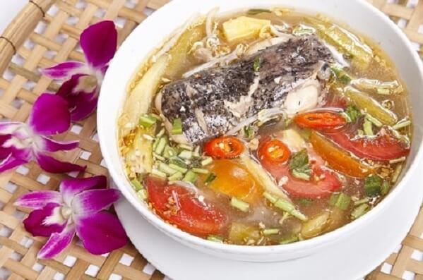 Cá nấu canh chua có thể ăn cùng với cơm nóng hoặc với bún