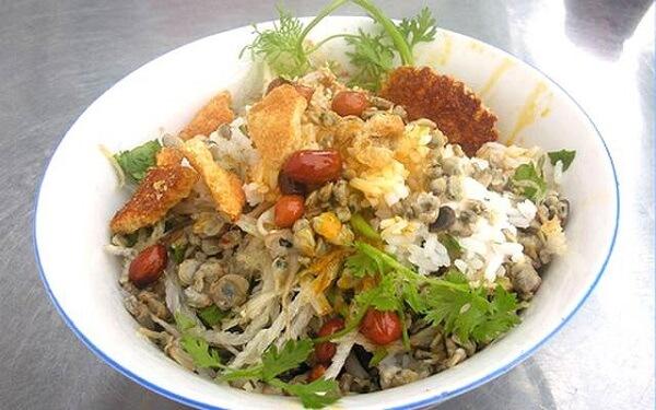Gần 30 món gia vị khác nhau cộng với rau sống, rau thơm dùng để chế biến cơm hến.