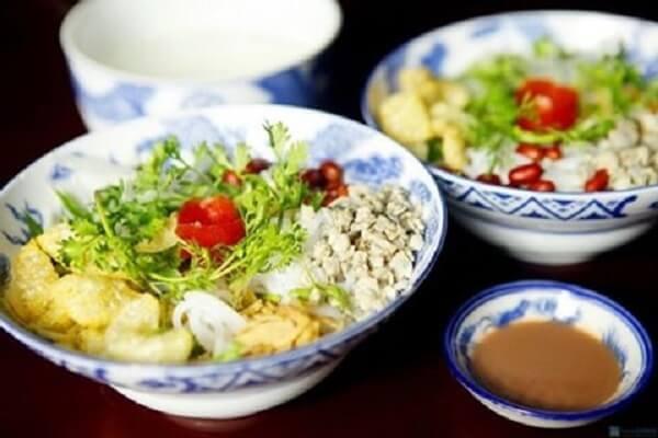 Cơm hến là một đặc sản ẩm thực Huế.