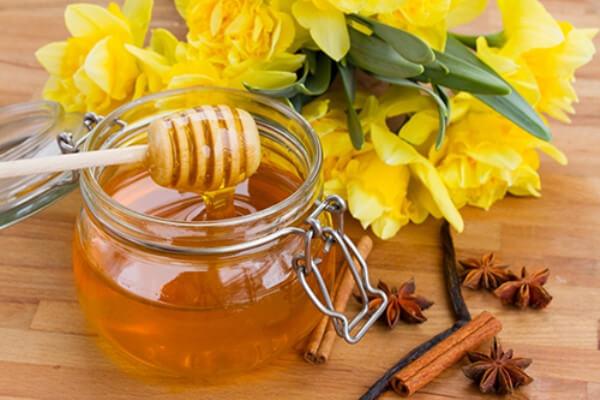 Không nên dùng mật ong tưa lưỡi cho trẻ sơ sinh