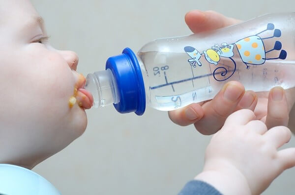 Mẹ cho trẻ uống nước vài lần