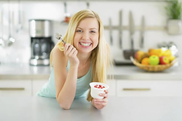 Mẹ tránh sử dụng sữa chua lạnh vì sẽ gây ảnh hưởng không tổt đến cơ thể