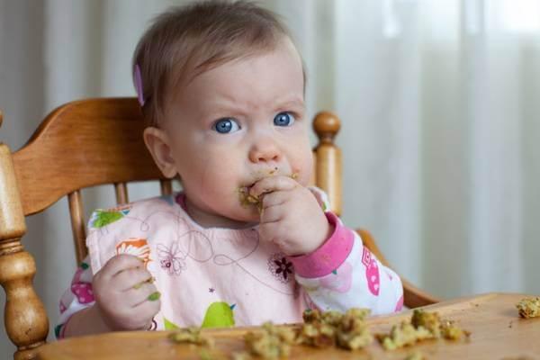 Sang tháng thứ 9, bé đã có thể cầm nắm các đồ vật và háo hức với các món ăn được cắt miếng