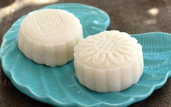 Vỏ bánh dẻo được làm bằng bột nếp rang, xay mịn