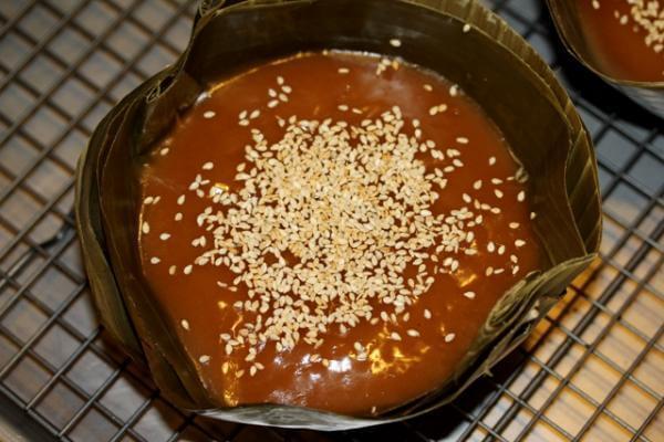 Ngày Tết, những miếng bánh Tổ thơm ngon được bày ra đĩa để ăn tráng miệng