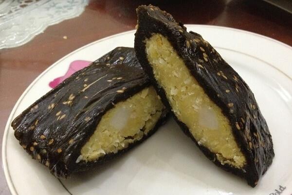 Những chiếc bánh gai được làm bằng bột nếp trộn lẫn bột của lá cây gai