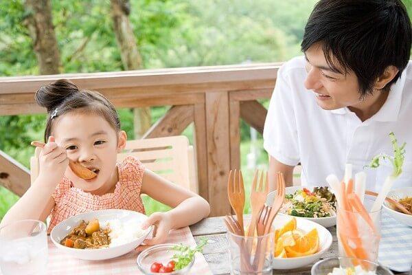 Bữa ăn sáng sẽ nạp năng lượng cho trẻ sau giấc ngủ dài