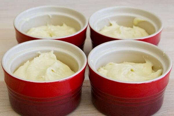 Đổ phần bột hoàn thiện vào cốc hoặc khuôn