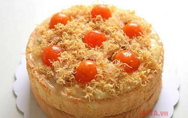 Bánh bông lan trứng muối là món ăn được nhiều người yêu thích