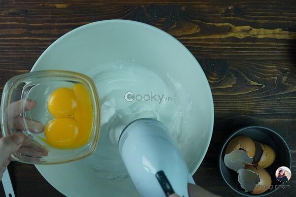 Cho từng lòng đỏ trứng vào, đánh đều