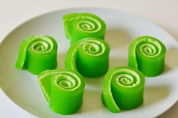Thạch cuộn jello là sự kết hợp hoàn hảo của thạch vị dâu và kẹo marshmallow.