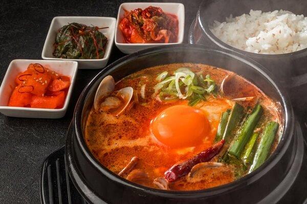 Món Sundubu Jjigae với nguyên liệu là đậu phụ non