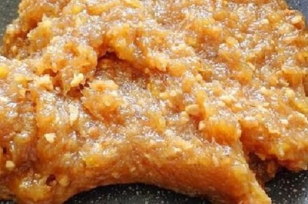 Cho hỗn hợp chuối, dứa, nước cốt chanh và đường vào nồi và bắt đầu sên