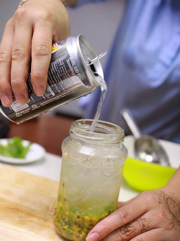 Rót soda vào cho tới khi đầy cốc