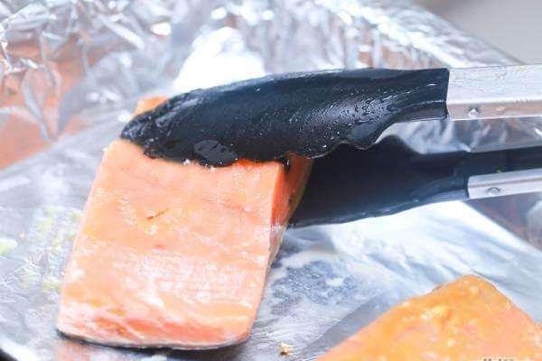 6 cách ướp và làm cá hồi nướng như cá hồi nướng mù tạt, nướng giấy bạc, cá hồi chiên nước mắm 4