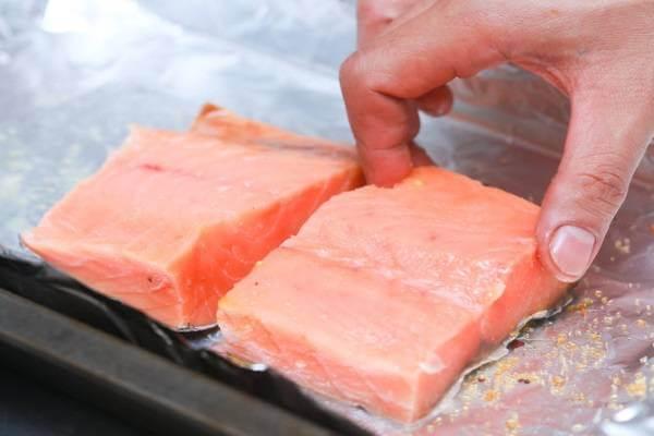 6 cách ướp và làm cá hồi nướng như cá hồi nướng mù tạt, nướng giấy bạc, cá hồi chiên nước mắm 10