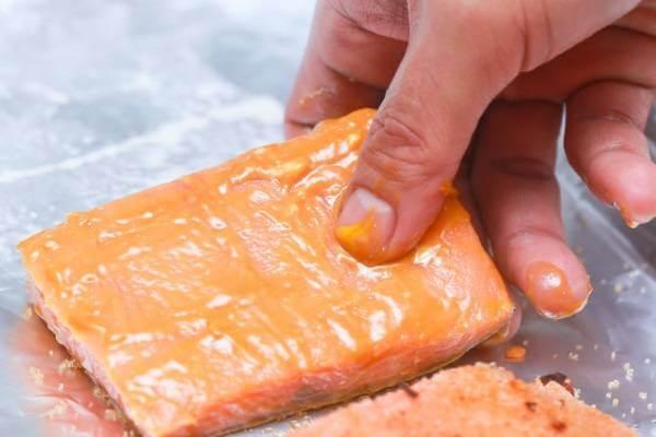 Cho cá hồi lên khay nướng