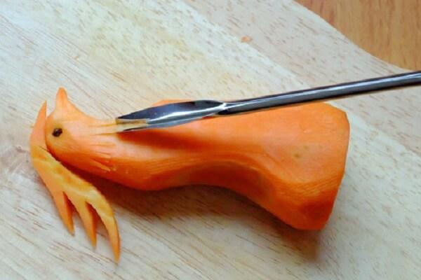 Dùng mẩu tăm nhỏ cắm phần cong vừa tạo lên đầu Phượng