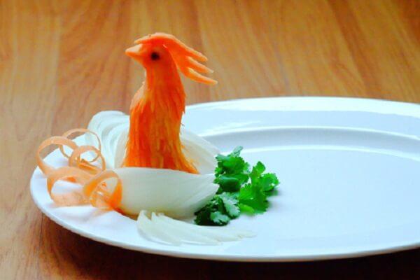 Đặt đầu chim phượng vào đĩa bầu dục hoặc đĩa tròn to