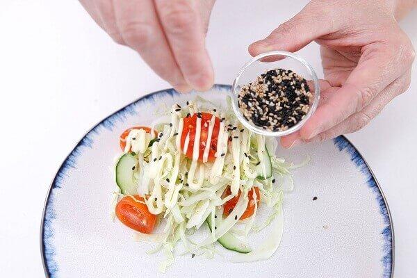 Bạn dọn salad bắp cải ra dĩa để ăn kèm
