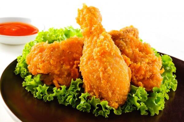 Món gà chiên thường được ăn kèm salad bắp cải