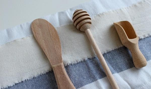 Dùng thìa gỗ, muôi nhựa, lọ thủy tinh để làm vật dụng nuôi nấm kefir sẽ đảm bảo an toàn hơn.