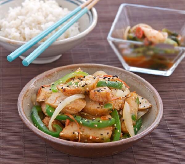 Chả cá có vị thơm ngon kết hợp với vị ngọt rau củ giúp món ăn trở nên hấp dẫn và không bị ngán..