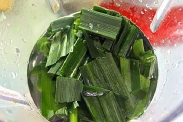Cho nước lá dứa vào đun sôi