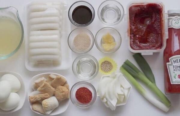 Nguyên liệu làm bánh gạo cay làm rất đơn giản.