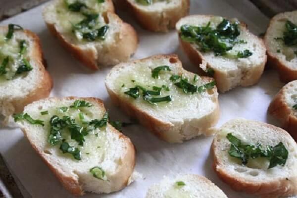 Lấy ra ngoài phết thêm 1 lớp bơ tỏi lên bánh mì