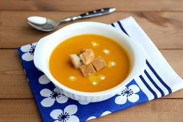 Múc súp ra bát và trang trí