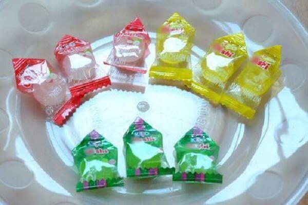 Bấm ghim cố định hình tam giác đầu chiếc kẹo.