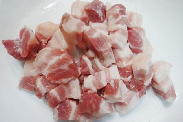 Thịt ba chỉ rửa sạch, thái miếng vừa ăn